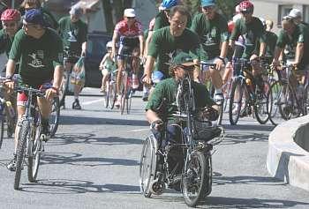 Dav cyklistů vyráží na hospodskou cyklostezku. (31.7. 2002)