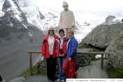 Pavla, Jindřiška a Jana na vyhlídce Kaiser Franz Josef - v pozadí vrchol Johannisberg - 12:55hodin 7. 7.   2007