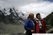 Jana a Jindřiška na vyhlídce Kaiser Franz Josef - vlevo v mracích vrchol Grossglockner - 7. 7. 2007_00022
