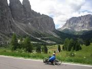 Sjezd z passa di Gardena se nedá spěchat, člověk se musí kochat nádherným výhledem