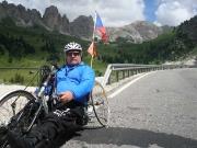 Po krátké první části sjezdu z passo di Gardena (v pozadí) handbik zastavuje a zhruba kilometrový úsek kmitám do mírného