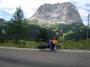 I přes chlad ve druhé části sjezdu z passo di Gardena sundávám větrovku sponzoři musí být vidět