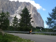 Stoupání na passo di Sella za zákrutou uvidím silnici daleko před sebe