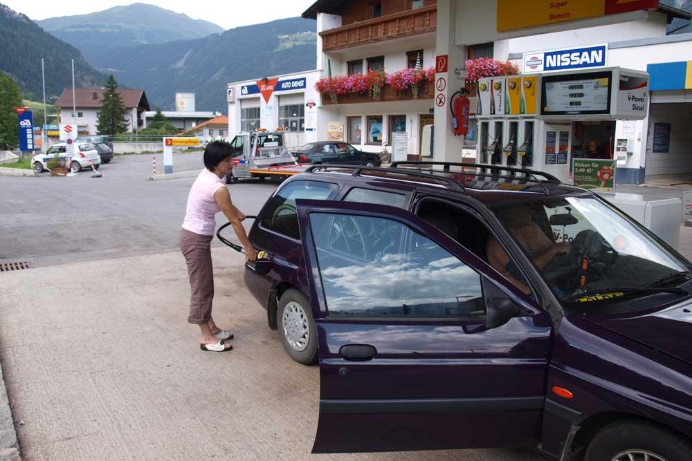 Prutz - tankujeme naftu za 1.044euro o kousek dále ve vesnici Pfundz stojí 0,988euro