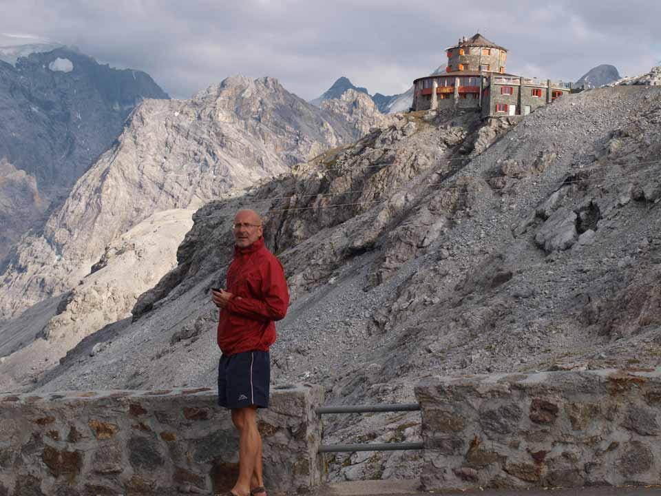 Marian - v pozadí hotel Alpengasthof Tibet - Albergo Rifugio Alpino
