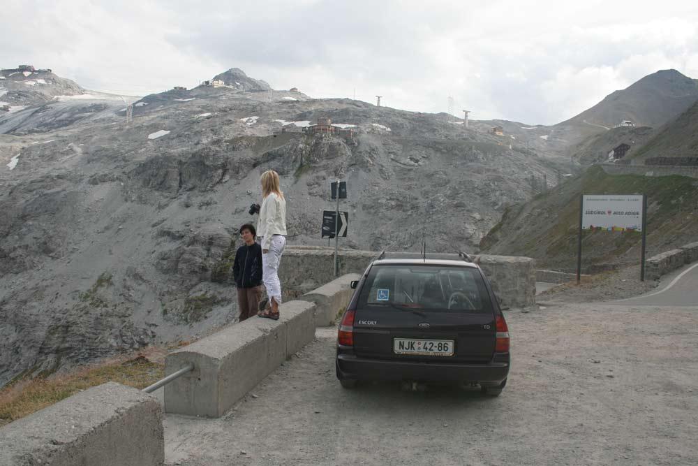 PASSO DELLO STELVIO 2760m.n.m. - pohled z parkoviště v poslední zatáčce od Prato