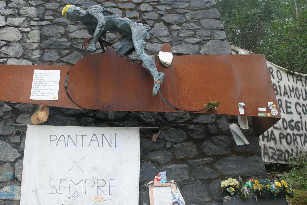 Památník Marco Pantaniho u silnice na passo Mortirolo 1851m.n.m. - bohužel dojel na kokain