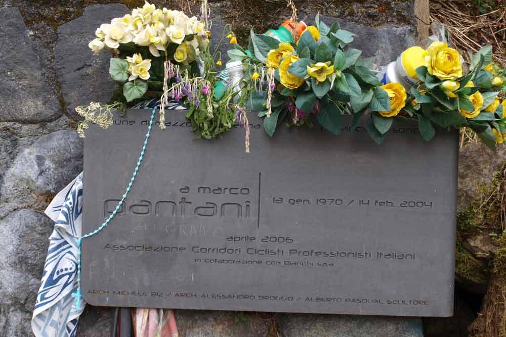 Pamětní deska Marco Pantaniho u silnice na passo Mortirolo 1851m.n.m.