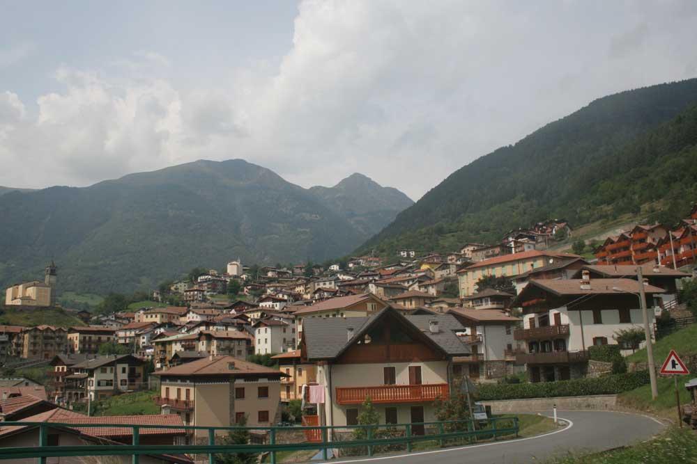 Vesnička Monno při sjezdu z passo Mortirolo směrem na východ