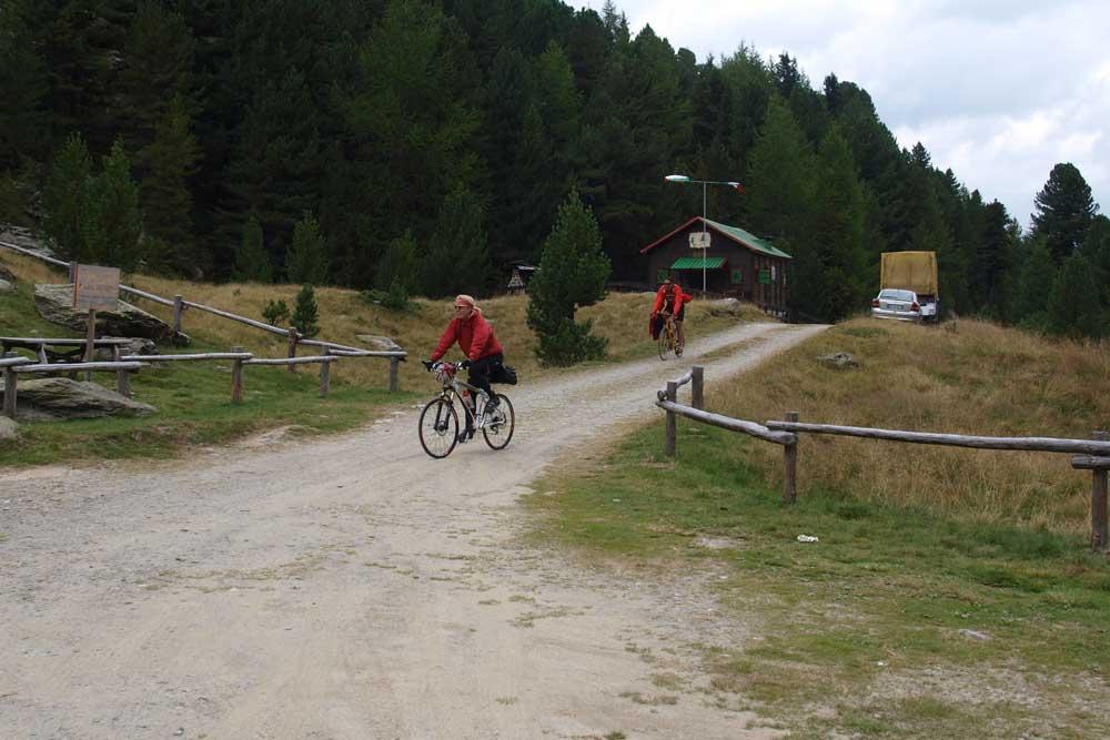Pavla s Dušanem přijíždí do Area PIC-NIC ve výšce 2057m.n.m při sjezdu z passo Gavia na Bormio
