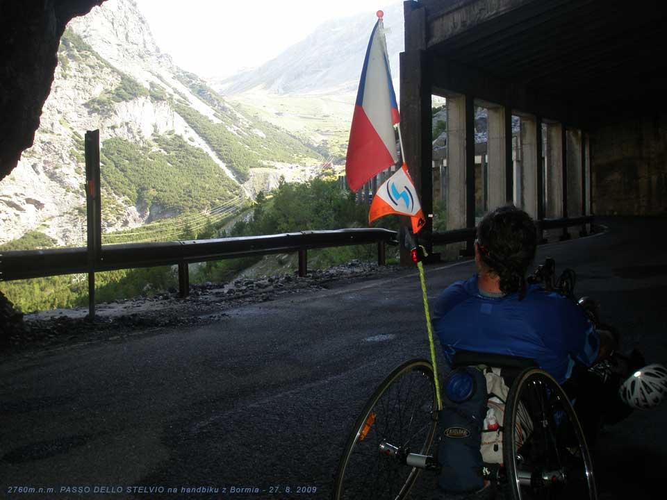 S handbikem v posledním tunelovém úseku, výhled na stěnu v průsmyku. 27. 8. 2009