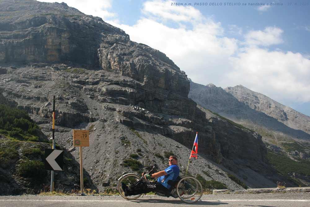 V 19. tornanti - zatáčce pod PASSO DELLO STELVIEM 2760m od Bormia - výjezd druhého nejvyššího průsmyku v Evropě na handbiku 27. 8. 2009