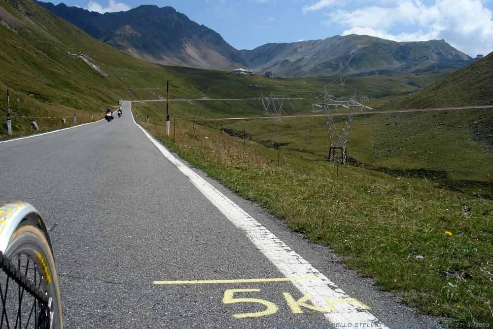 Dlouhý a přehledný úsek mírnějšího stoupání, zbývá 5km na PASSO STELVIO.