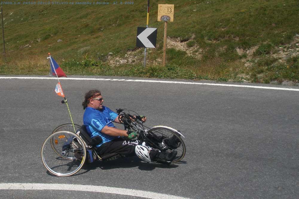 S handbikem ve 13. tornanti před Stelviem 27. 8. 2009