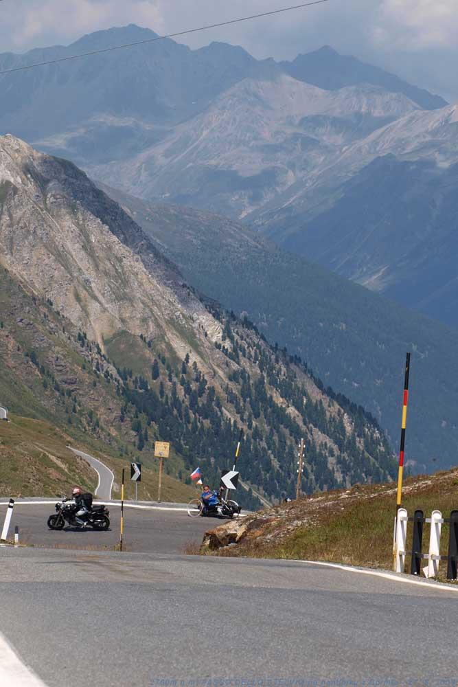 V deváté tornanti na PASSO DELLO STELVIO s výhledem na Švýcarské Alpy