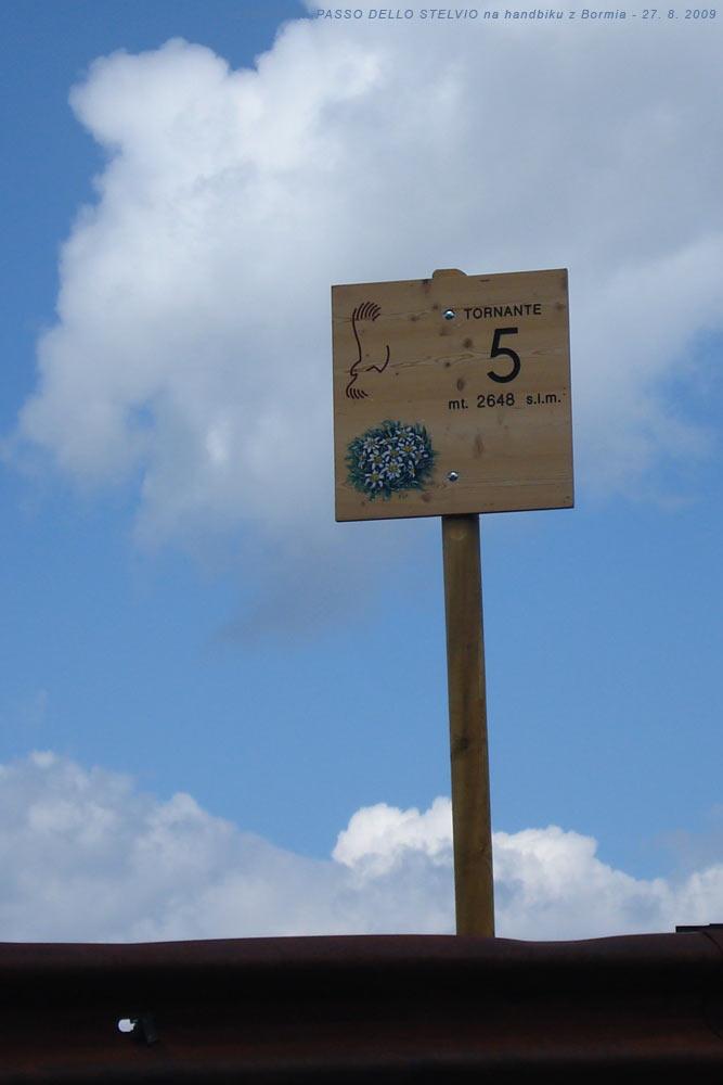 Označení páté zákruty silnice na PASSO DELLO STELVIO
