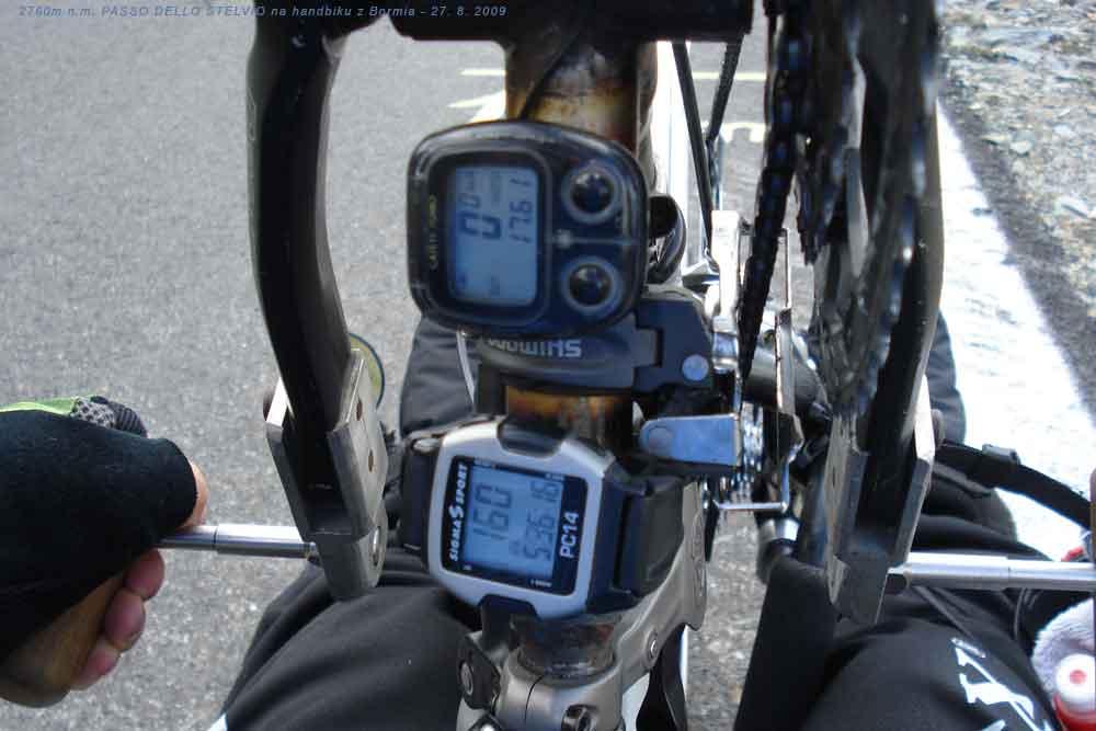 Ujeté kilometry, momentální tep a celkový čas jízdy jeden kilometr před PASSO DELLO STELVIEM