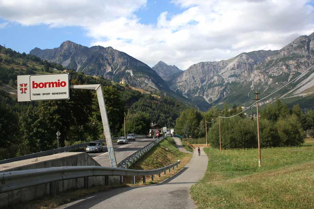 Cyklostezka v Bormiu - silnice na Stelvio vede ve stráni nad druhým sloupem vpravo