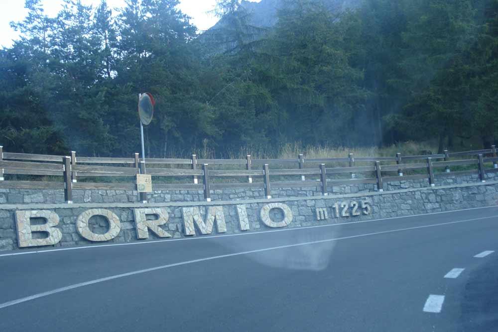 1. tornanti nad Bormiem ve výšce 1225m.n.m. na Stelvio jich zbývá 39