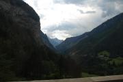 Je rozhodnuto jedeme přes Passo Stelvio - poslední pohled do údolí na silnici vedoucí na Zermes a Livigno   po které bychom Stelvio objeli