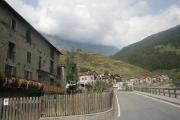 Vesnička Uzza ležící na silnici mezi Bormiem a passo Gavia