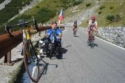 Cyklisté v jízdě na PASSO DELLO STELVIO 2760m 27. 8. 2009, Marianovo kolo odložené při mém focení když sjížděl do Bormia