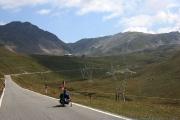 hMírnější a táhlý úsek stoupání na PASSO STELVIO - u budovy vlevo na prvním horizontě je křižovatka na Passo dell Umbrail a sjezd do Švýcarska.