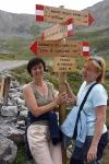 Jindřiška a Jana u rozcestníku na passu Alpisella